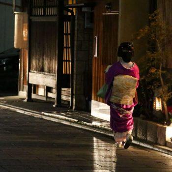 Гейша на улице в Японии