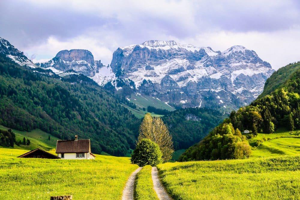 Треккинг в Альпах, тропа в горы
