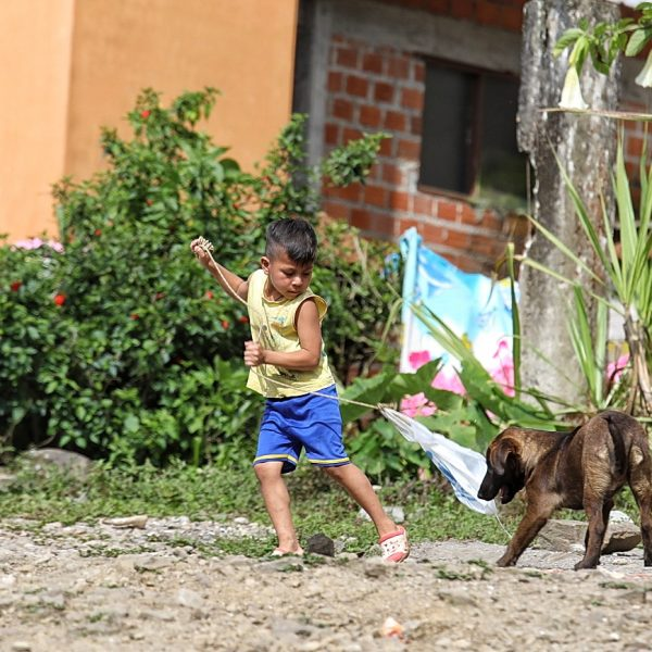 Боливийский мальчик и щенок