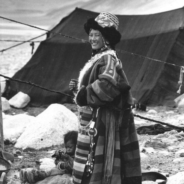 Женщина в народном одеянии Тибета