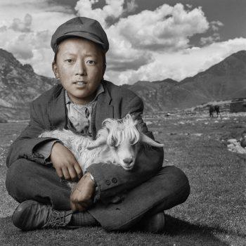 Ребёнок с ягнёнком, Тибет