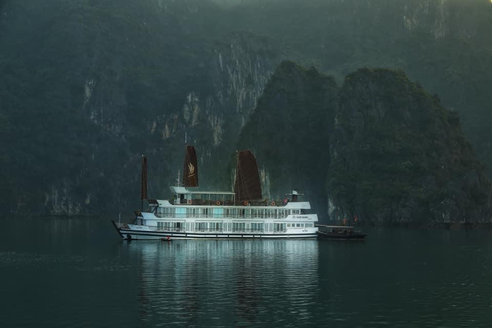 судно в бухте халонг