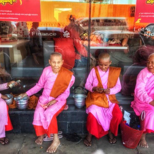 Монахи Янгон