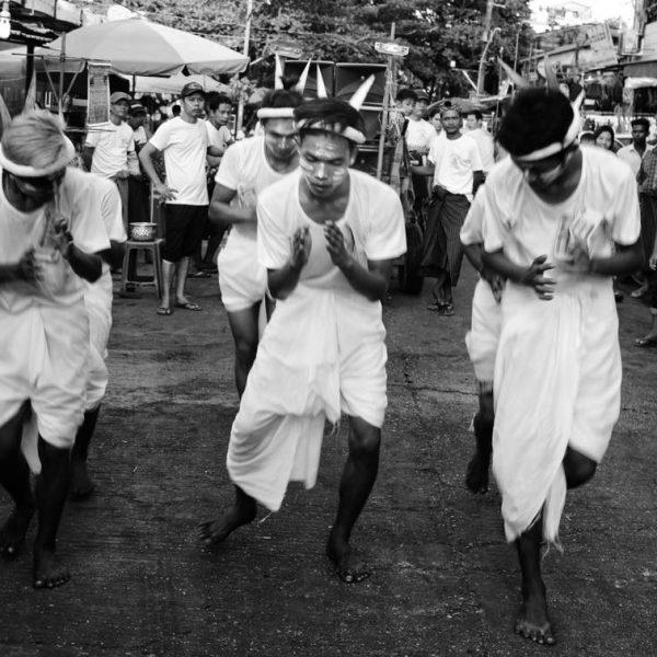 Местный праздник в Янгоне
