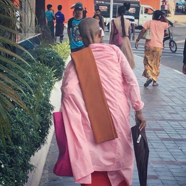 монах в Янгоне