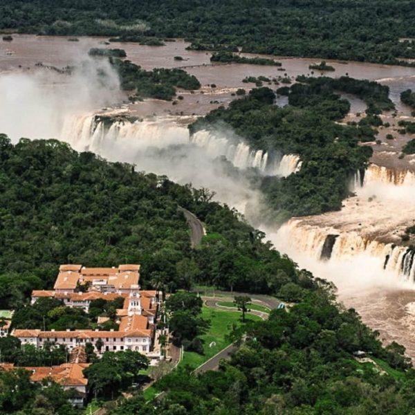 отель рядом с водопадом в бразилии