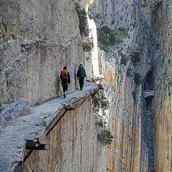 туристы на опасной тропе