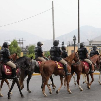 Полиция на конях в Лиме, Перу