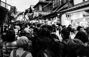 Японский народ идёт в храм в Киото
