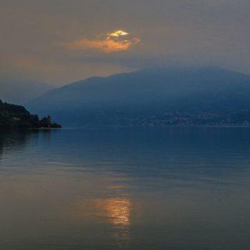 Восход на озере Комо, Италия