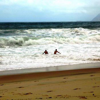 Люди купаются в шторм в Бразилии