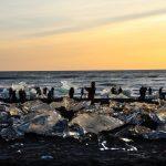 Люди в лагуне льда в Исландии