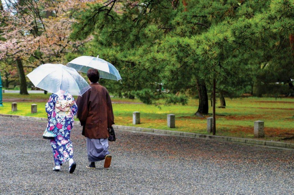 люди идут из-императорского-дворца, япония