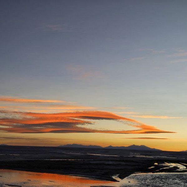 красивый закат в солончак уюни, боливия