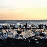 Туристы в ледяной лагуне в Исландии