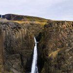 Водопад в камнях в Исландии