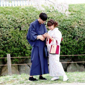 Пара в парке в Японии