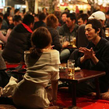 Пара в кафе в Японии