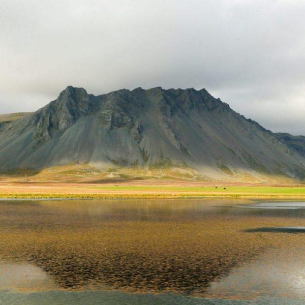 Отражение горы в воде