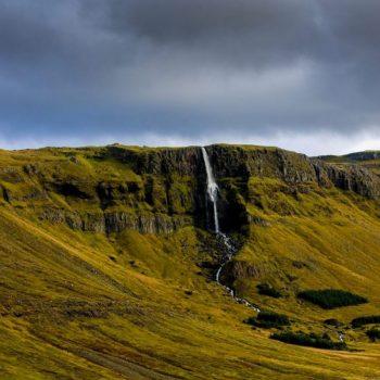 Водопад с горы в исландии