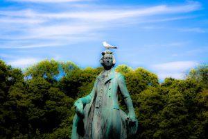 Скульптура писателя в парке в Швеции