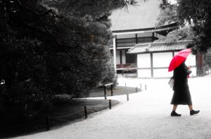 Япония, женщина с красным зонтом