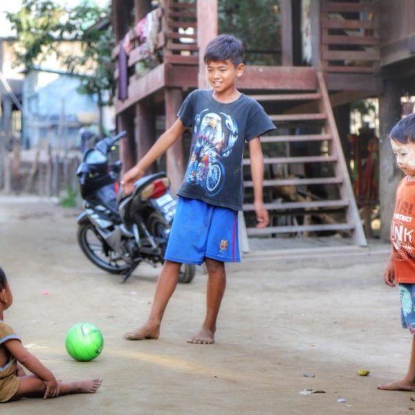 Дети в деревне в Мьянме