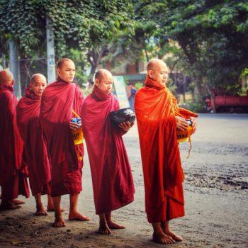 монахи на улице Мандалая