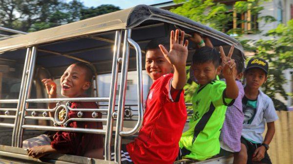 Счастливые детишки в Мьянме