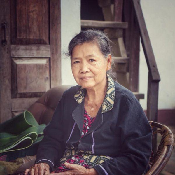 Пожилая дама в Лаосе