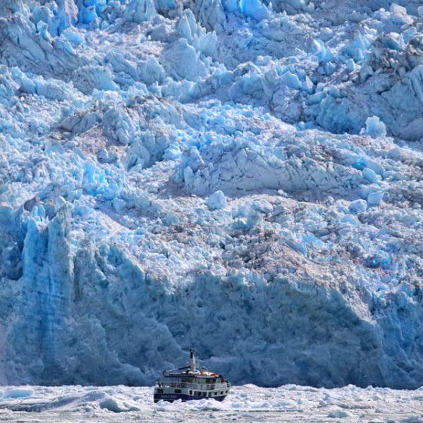 Корабль в ледниках