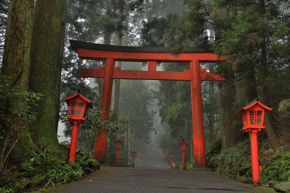 Путешествие по Японии весной. Храм в Хаконе