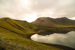 Исландия, озеро в долине цветных гор