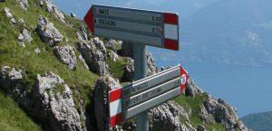 Указатели на треке в Италии на озере Комо