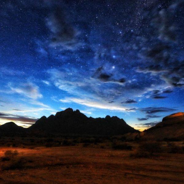 Звёздное небо и гора-Шпитцкоппе, Намибия